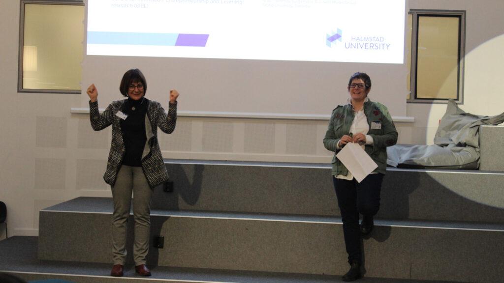 Maya Hoveskog och Nicole Norris håller en presentation.