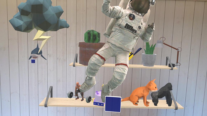 Flera olika virtuella föremål och figurer framför en vägg med bokhylla.