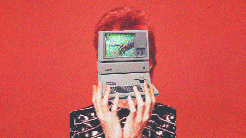 Kollage med händer som håller en äldre dator framför ett ansikte så bara rött kort hår syns runtomkring, på skärmen syns en pekande hand som möter handen på en muspekare.